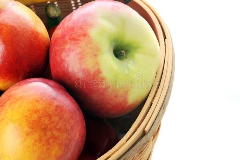 Mand met verschillende vruchten stock afbeelding