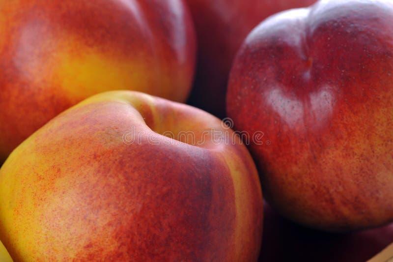 Mand met verschillende vruchten royalty-vrije stock afbeeldingen