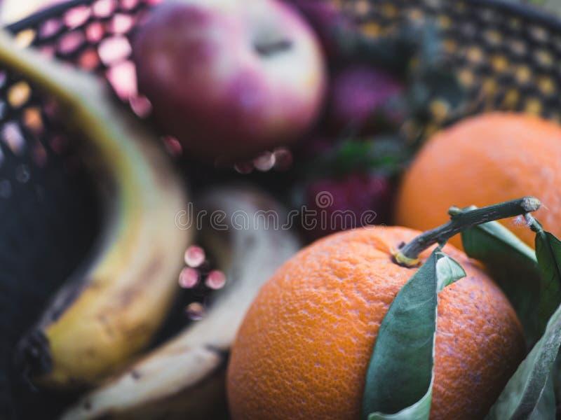 Mand met verse Oranje en andere vruchten op achtergrond royalty-vrije stock foto's