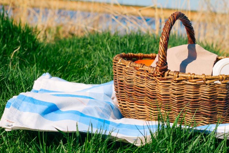 mand op het tafelkleed op een achtergrond van groen gras, picknickconcept royalty-vrije stock fotografie