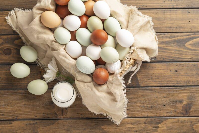 Mand van biologisch natuurlijk kooivrije eieren stock fotografie