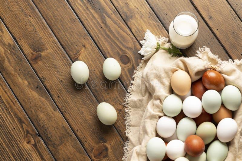 Mand van biologisch natuurlijk kooivrije eieren stock foto's