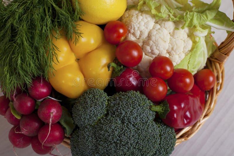 Mand van de Tomaten van de radijzenbroccoli van de verse groentenpeper royalty-vrije stock afbeelding