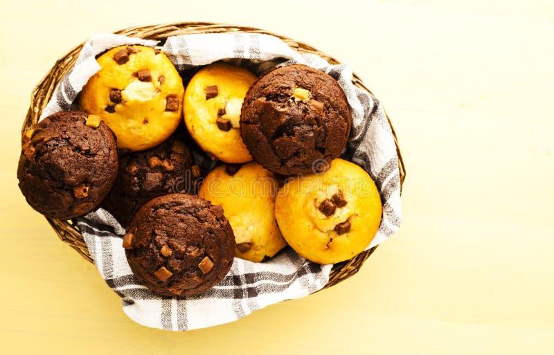 Mand van Muffins stock foto's