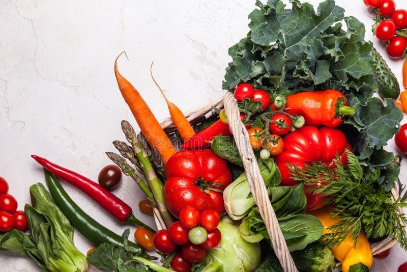 Mand van verse groenten stock fotografie