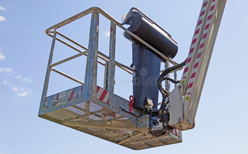 Mand voor skylift tegen blauwe hemel royalty-vrije stock afbeelding
