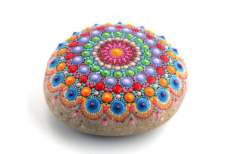 mandala που χρωματίζεται σε μια πέτρα στοκ φωτογραφία με δικαίωμα ελεύθερης χρήσης