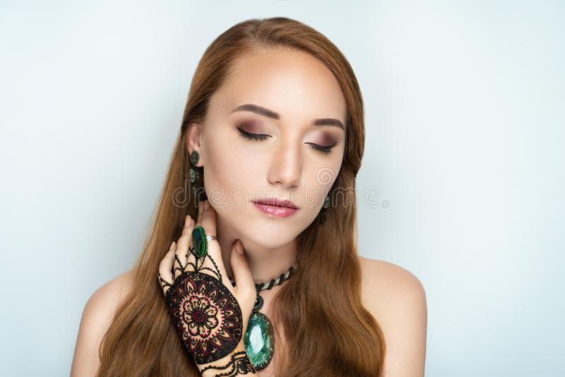 Mandala de dessin de henné sur la main de femme image libre de droits