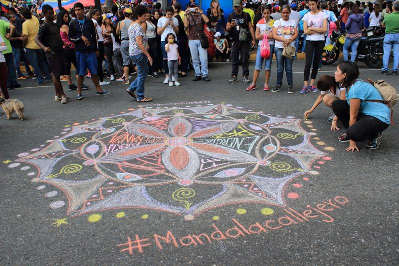 Mandala de tiragem dos jovens para o amor e a paz nas ruas de Caracas durante o escurecimento da Venezuela foto de stock royalty free
