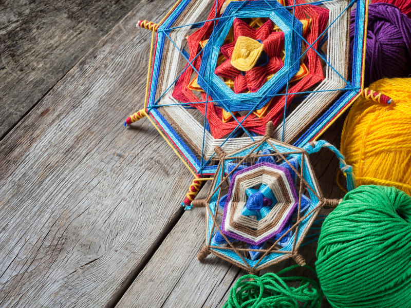 Download Mandala Et Fil Tricotés Sur La Table Rustique Photo stock - Image du paix, handmade: 45354242