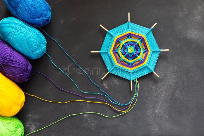 Mandala hecha a mano de los hilos multicolores del hilado en fondo gris oscuro imágenes de archivo libres de regalías