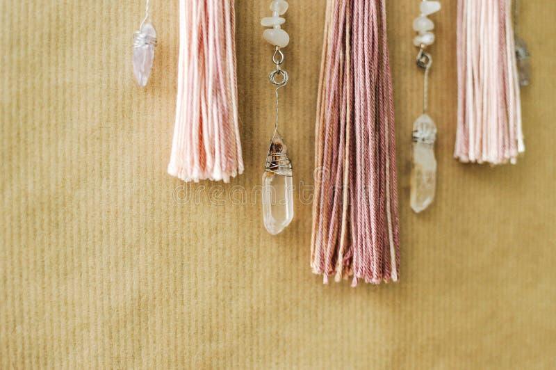 Mandala moderna do close up com cristais de quartzo, ametista, pedra lunar, borlas e corrente no fundo do papel do ofício fotografia de stock royalty free