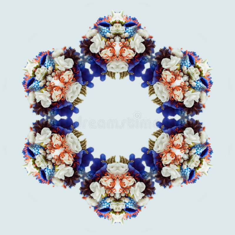 Mandala van het bloemboeket op witte achtergrond wordt geïsoleerd die Caleidoscoopeffect royalty-vrije stock afbeelding