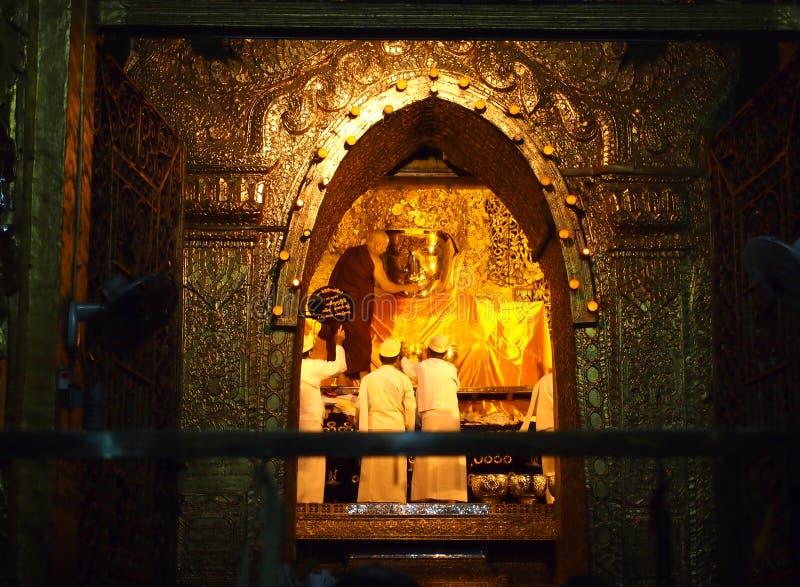 Mandalay, το Μιανμάρ - 8 Οκτωβρίου 2013: Η ανώτερη εικόνα Mahamuni Βούδας πλυσίματος μοναχών στο τελετουργικό του προσώπου εικόνα στοκ εικόνα
