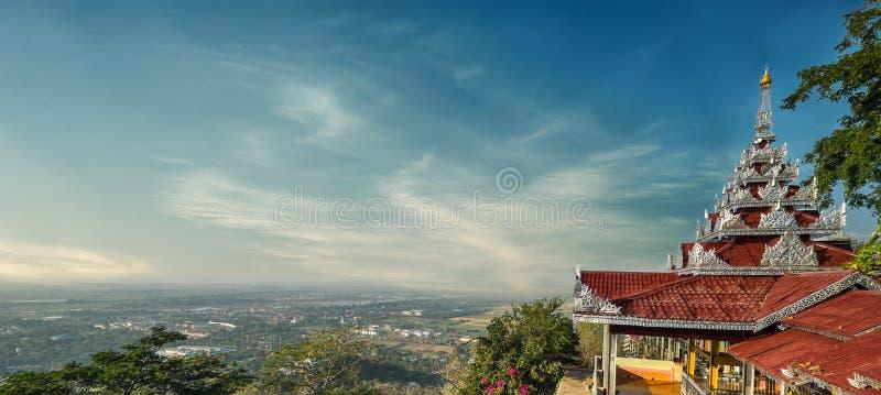 Mandalay cityscapesikt från den Mandalay kullen med PA för Su Taung Pyai royaltyfri fotografi