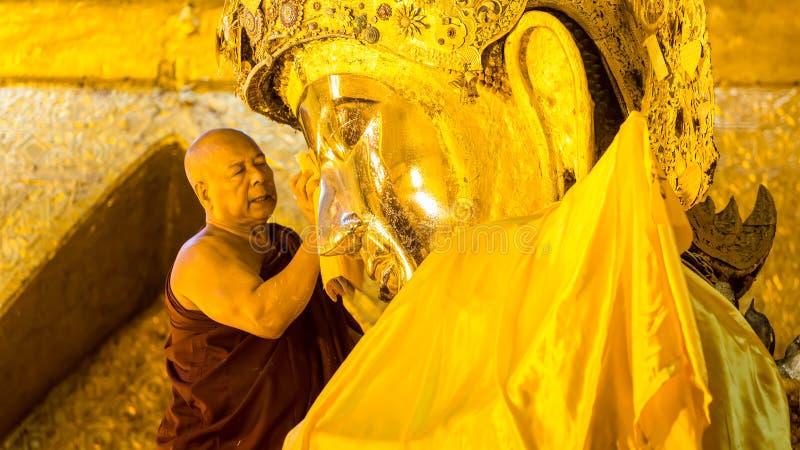 MANDALAY - 19 DE FEBRERO: La imagen mayor de Mahamuni Buda del lavado del monje adentro foto de archivo