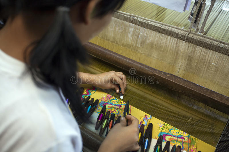 Mandalay - fábrica de la materia textil fotos de archivo libres de regalías