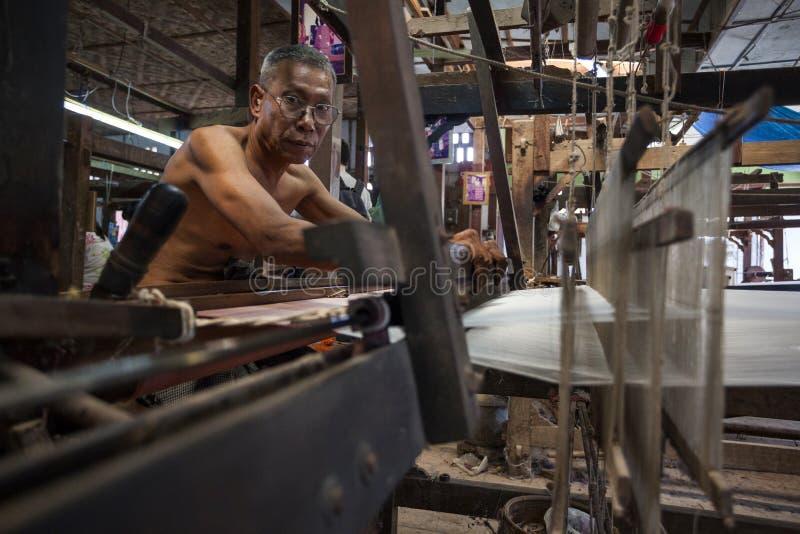 Mandalay - fábrica de la materia textil foto de archivo libre de regalías