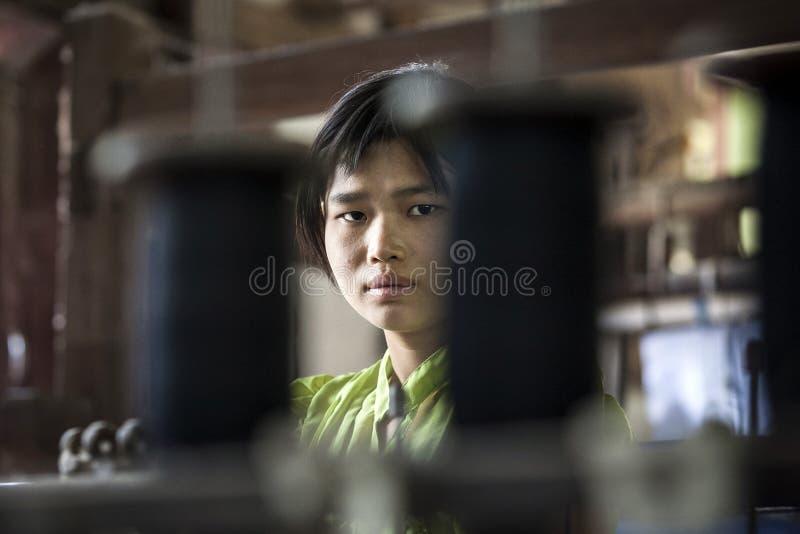 Mandalay - fábrica de la materia textil foto de archivo