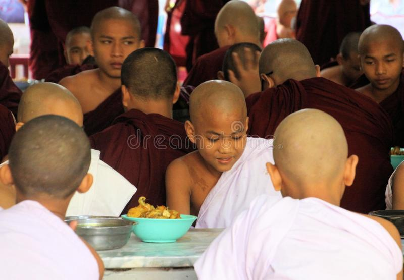 MANDALAY, MYANMAR - 18 DÉCEMBRE 2015 : Moines bouddhistes prenant le petit déjeuner au monastère de Mahagandayon image stock