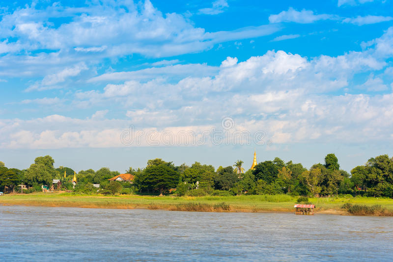 MANDALAY, MYANMAR - 1º DE DEZEMBRO DE 2016: Pagode dourado no monte de Sagaing, Burma Copie o espaço para o texto fotos de stock royalty free