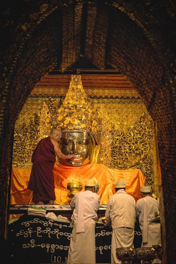 MANDALAY, MYANMAR - 11 DE DEZEMBRO DE 2017: Lavagem superior da monge o fac fotografia de stock