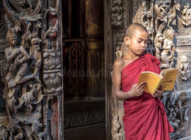 MANDALAY, MYANMAR 18 DE FEVEREIRO: Estar e readin novos das monges do principiante foto de stock royalty free