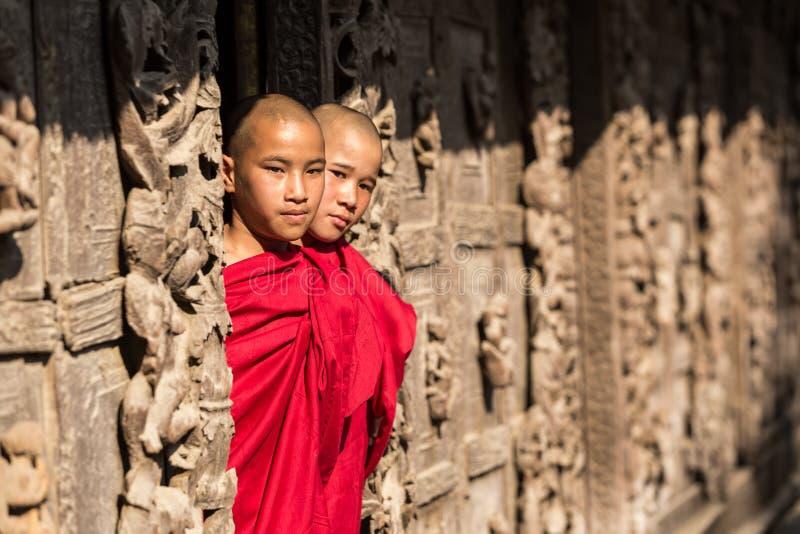 MANDALAY, MYANMAR 18 DE FEVEREIRO: Estar novo das monges imagem de stock royalty free