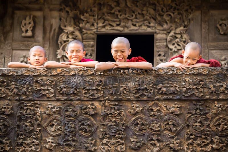 MANDALAY, MYANMAR 18 DE FEVEREIRO: Monges novas que estão e que olham fotos de stock royalty free