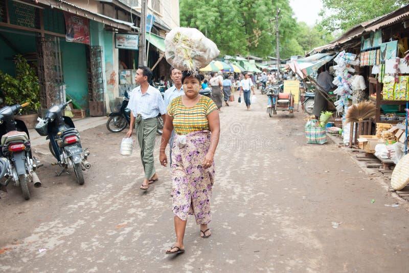 Mandalay, Myanmar - 5 de mayo de 2015 El comprador selecciona sus mercancías en imagenes de archivo