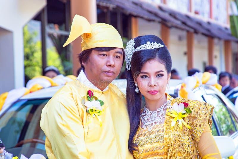 MANDALAY, MYANMAR - 15 de novembro de 2015: Os pares burmese vestem a roupa tradicional em um evento tradicional do casamento imagens de stock
