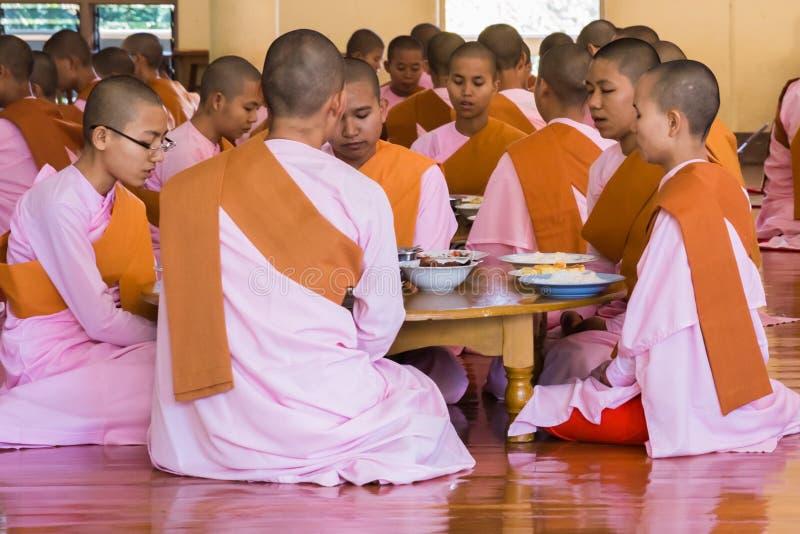 MANDALAY, MYANMAR - 23 DE NOVIEMBRE DE 2014: mucho Buddhi no identificado foto de archivo libre de regalías