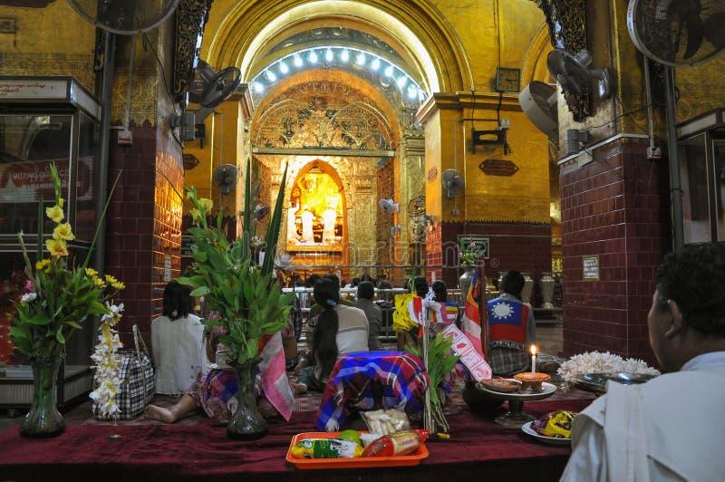 MANDALAY, MYANMAR 9 de outubro: Os povos budistas participam um santamente imagens de stock royalty free