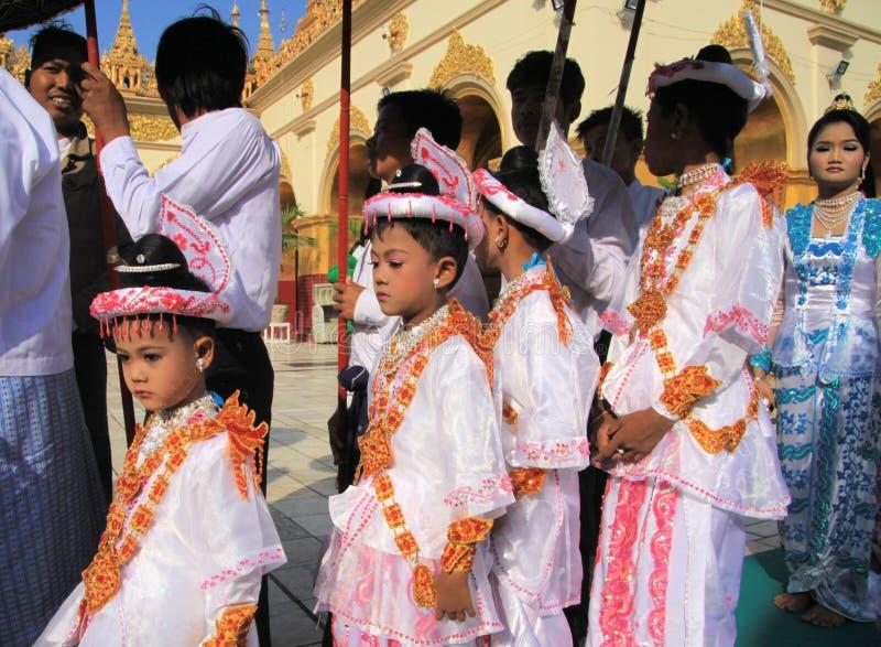 MANDALAY, MYANMAR - DECEMBER 18 2015: De ceremonie Shinbyu van de Novitiationleertijd voor jonge Boeddhistische jongen in Maha Mu stock afbeeldingen