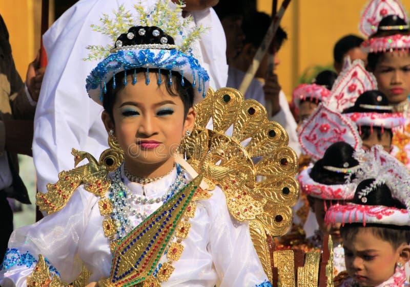 MANDALAY, MYANMAR - DECEMBER 18 2015: De ceremonie Shinbyu van de Novitiationleertijd voor jonge Boeddhistische jongen met geschi royalty-vrije stock fotografie