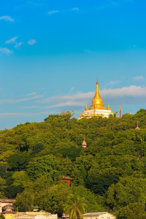 MANDALAY, MYANMAR - DECEMBER 1, 2016: Gouden Pagode in Sagaing-heuvel Birma Exemplaarruimte voor tekst verticaal stock foto