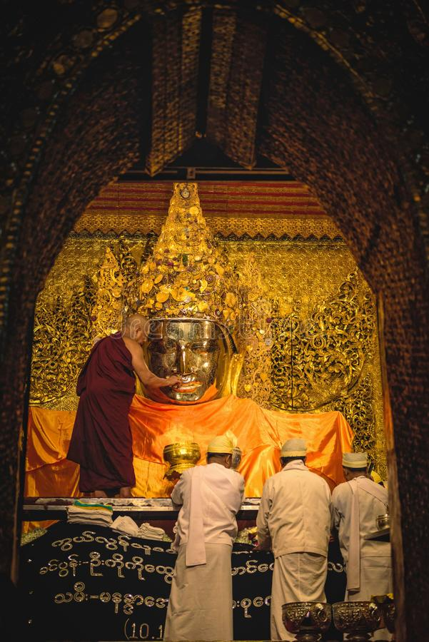MANDALAY MYANMAR - DECEMBER 11, 2017: Hög munkwash facen arkivbild