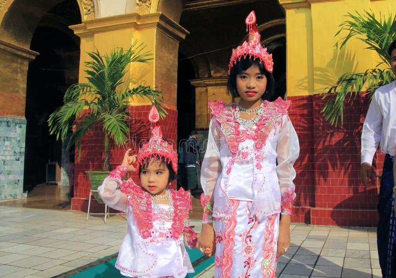MANDALAY MYANMAR - DECEMBER 18 2015: Novitiation ceremoni Shinbyu för ung buddistisk pojke på Maha Muni Pagoda royaltyfria foton
