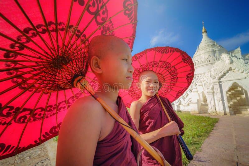 MANDALAY MYANMAR, - DECEMBER 11, 2017: Oidentifierad två asiat y royaltyfria foton