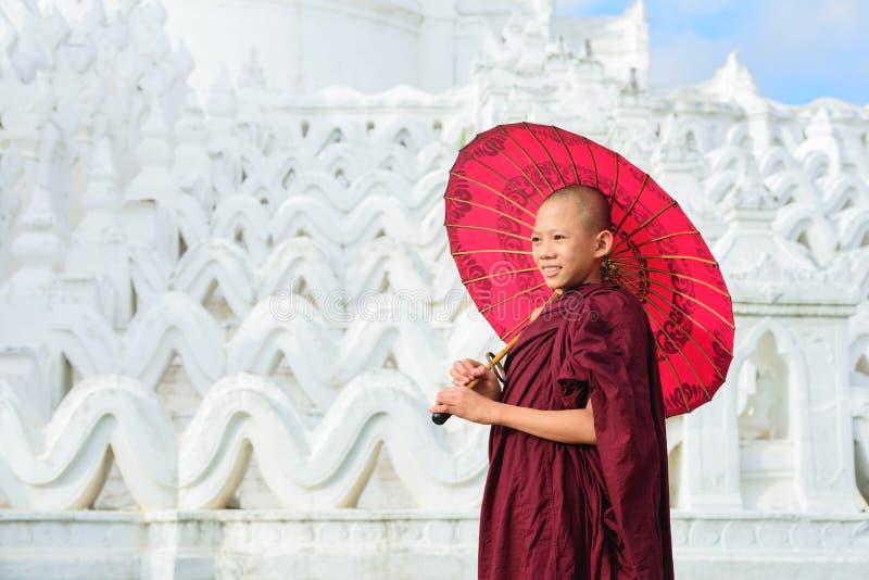 MANDALAY MYANMAR, - DECEMBER 11, 2017: Oidentifierat asiatiskt barn royaltyfria foton