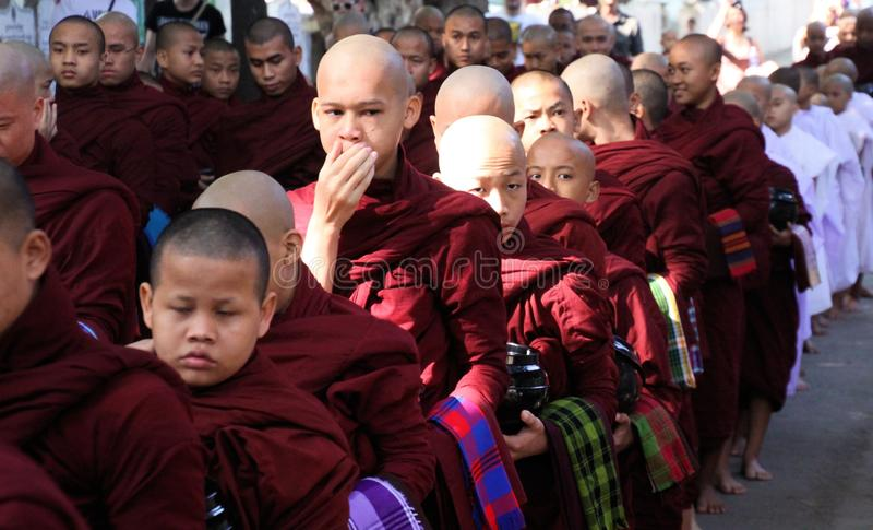 MANDALAY, MYANMAR - DECEMBER 18 2015: Optocht van Boeddhistische monniken bij Mahagandayon-Klooster in de vroege ochtend royalty-vrije stock foto