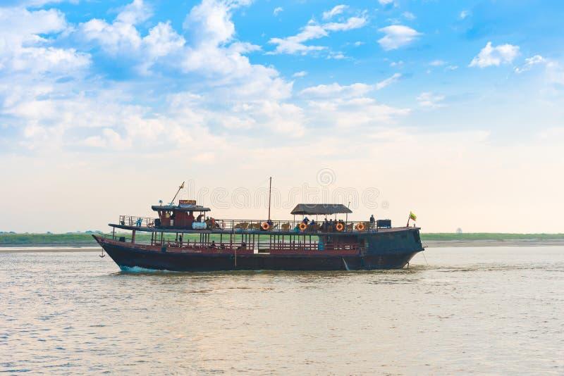 MANDALAY MYANMAR - DECEMBER 1, 2016: Turist- fartyg på floden Irrawaddy, Burma Kopiera utrymme för text royaltyfri fotografi