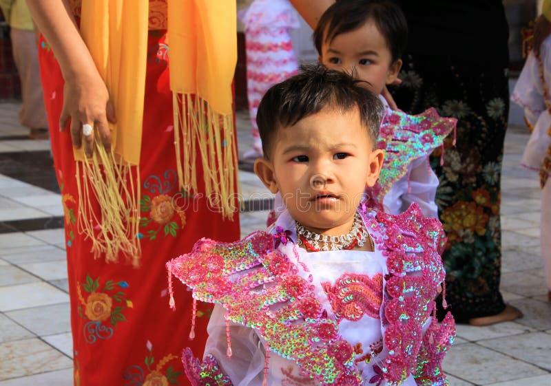 MANDALAY, MYANMAR - 18. DEZEMBER 2015: Novitiations-Zeremonie Shinbyu für jungen buddhistischen Jungen bei Maha Muni Pagoda lizenzfreies stockfoto