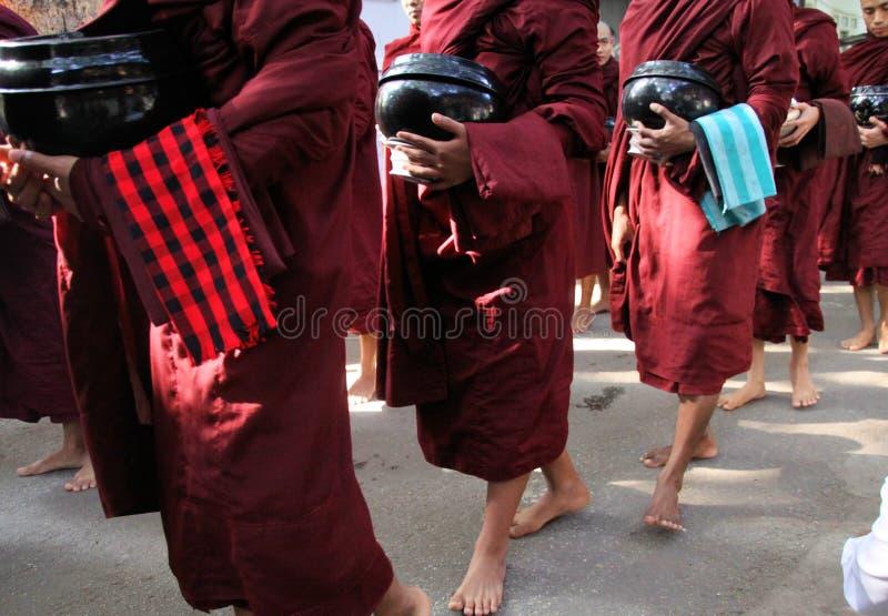 MANDALAY, MYANMAR - 18 DICEMBRE 2015: Processione dei monaci buddisti al monastero di Mahagandayon nel primo mattino fotografia stock libera da diritti