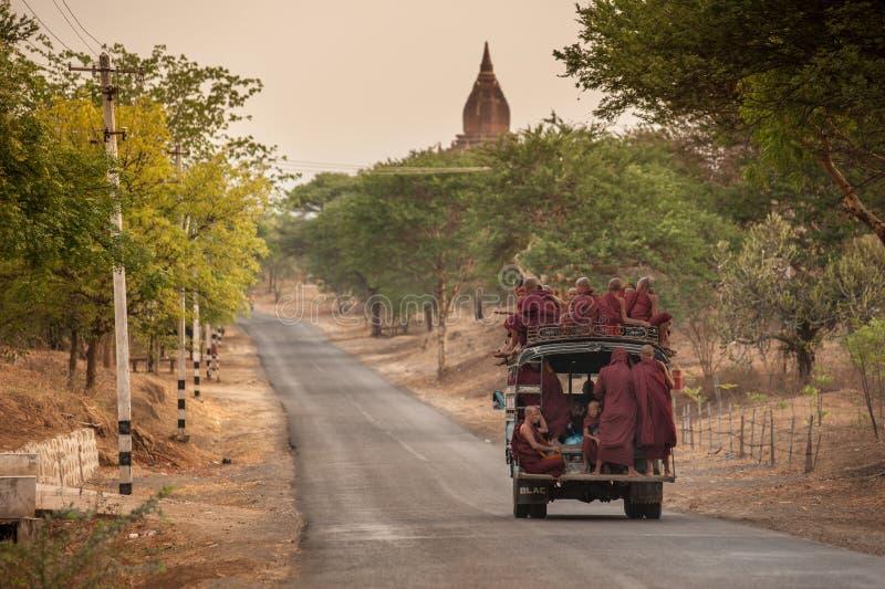 MANDALAY, MYANMAR, EL 4 DE MAYO: monjes birmanos no identificados en un camión foto de archivo libre de regalías