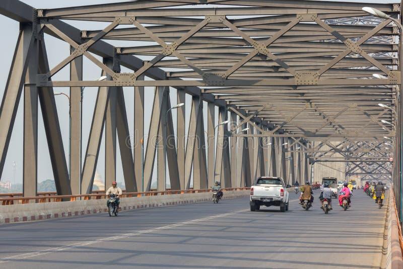 Mandalay, Myanmar - febrero 18,2018: Puente Yadanabon de Irrawaddy o puente de Ayeyarwady con tráfico de vehículos en el puente imagen de archivo