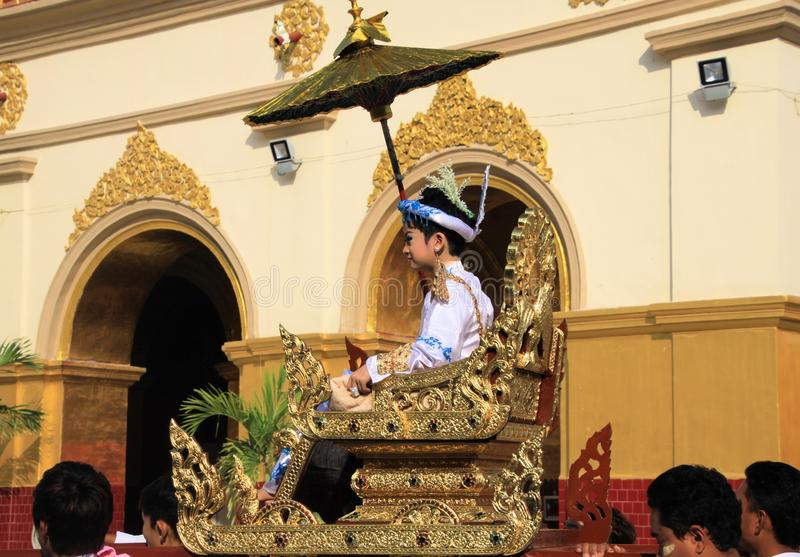 MANDALAY MYANMAR, GRUDZIEŃ, - 18 2015: Novitiation nowicjatu ceremonia Shinbyu dla młodej Buddyjskiej chłopiec na sedanu krześle  obrazy stock