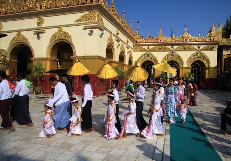 MANDALAY MYANMAR, GRUDZIEŃ, - 18 2015: Novitiation nowicjatu ceremonia Shinbyu dla młodej Buddyjskiej chłopiec przy Maha Muni pag fotografia royalty free