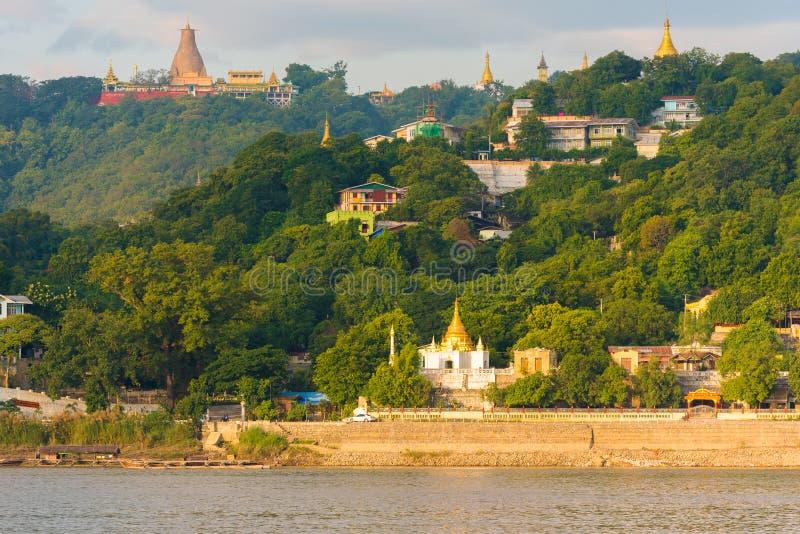 MANDALAY MYANMAR, GRUDZIEŃ, - 1, 2016: Złote pagody w Sagaing wzgórzu, Birma zdjęcia royalty free
