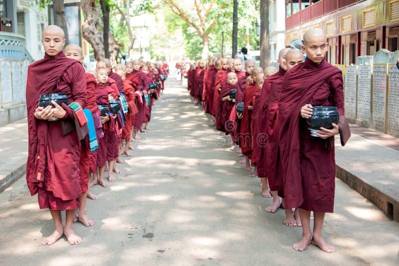 MANDALAY, MYANMAR-MAY 2: Młodzi niezidentyfikowani buddyjscy nowicjuszi przy zdjęcie royalty free